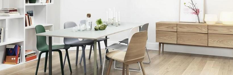 Un meuble de rangement et une chaise de style scandinave