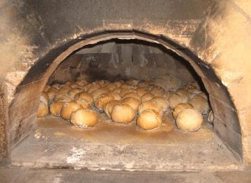 Entrée du four avec des pains en cuisson
