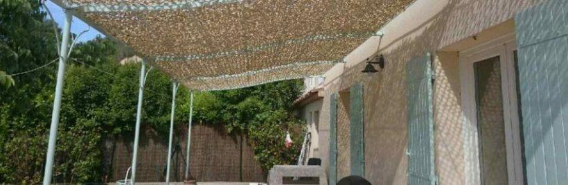 Un filet militaire de couleur blanche utilisé pour la déco d'une terrasse