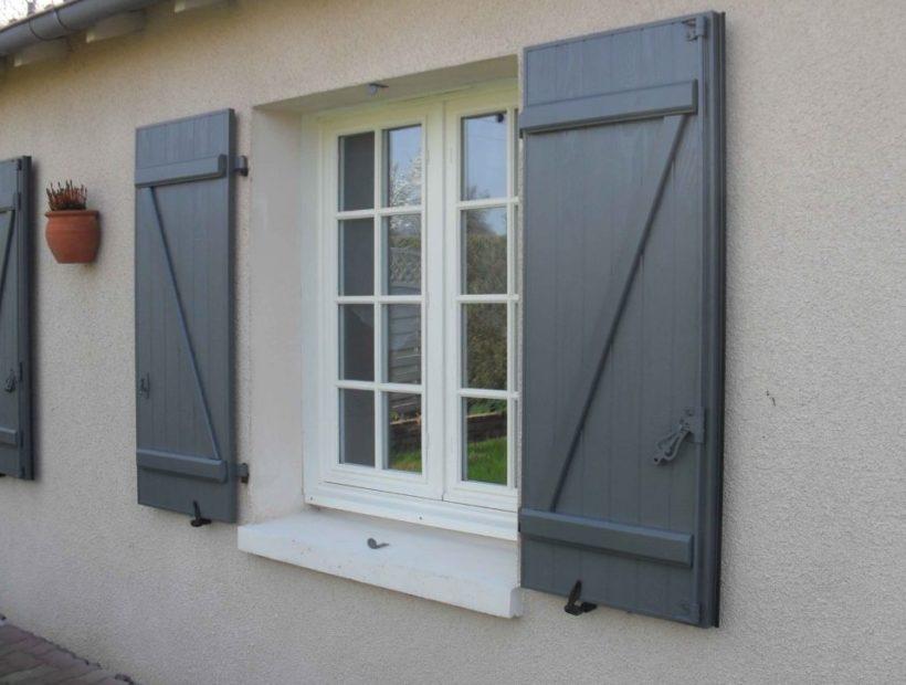 Volets battants gris sur façade de maison