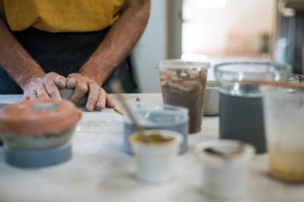 atelier poterie raku main travaille argile
