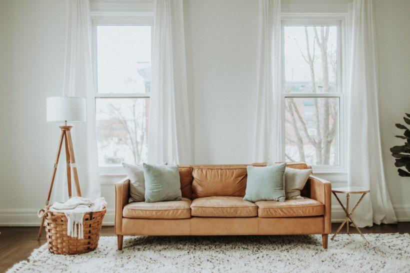 canapé cuir bois tapis plaid et coussin pour salon cosy