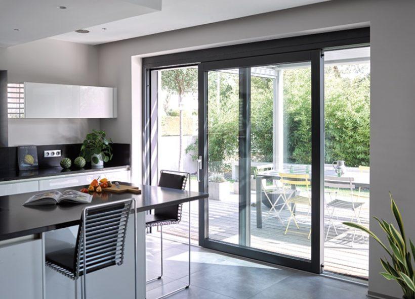 cuisine porte fenêtre table chaise aluminium